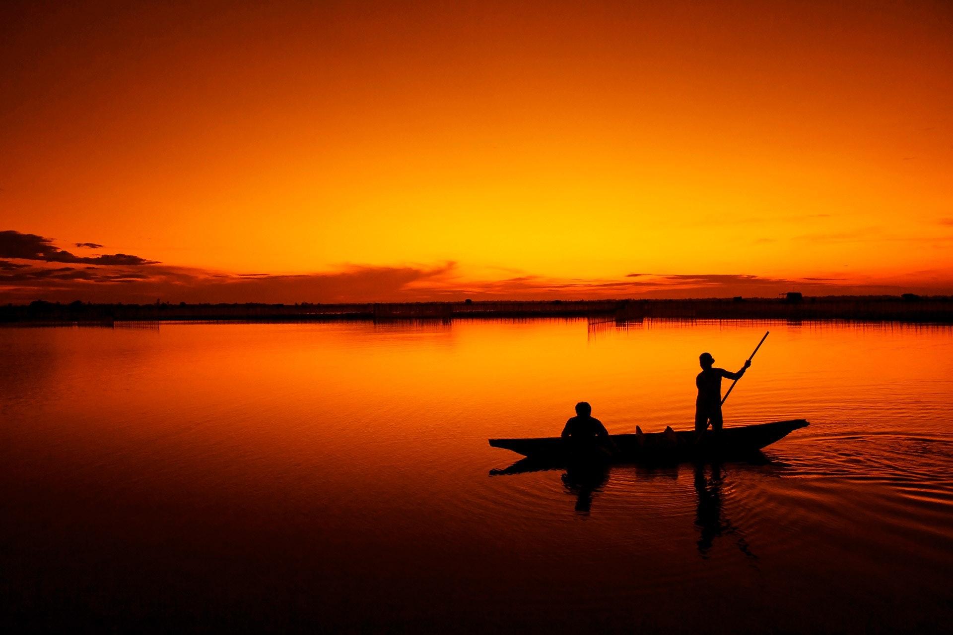 Två män i en fiskbåt