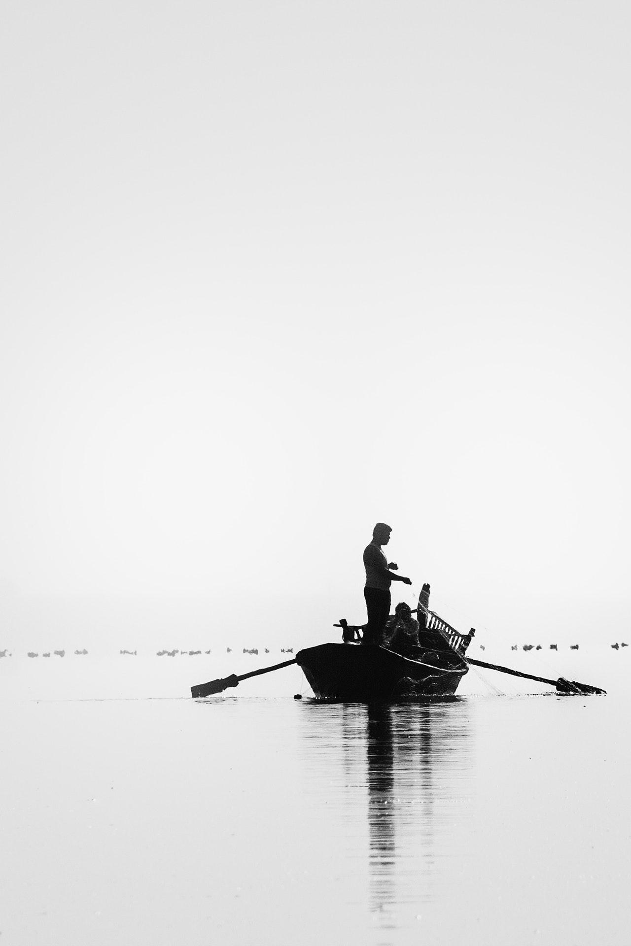 Man fiskar från båt